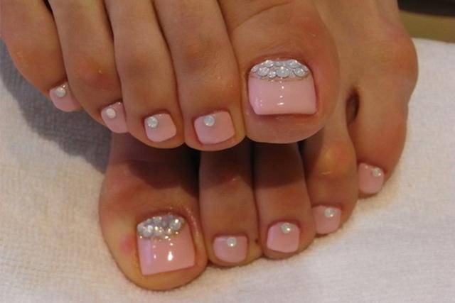 10 decoraciones fáciles para las uñas de tus pies - Magazine de moda f5ef775db25